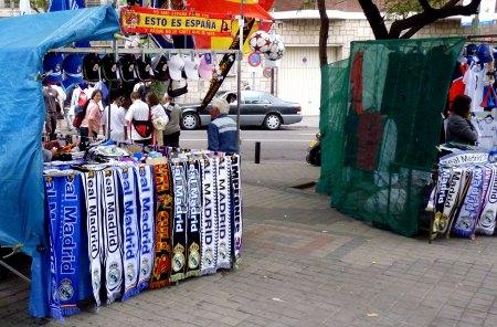 Real Madrid souvenir bod med halstørklæder og kasketter