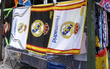 Real Madrid flag til salg udenfor Bernabeu