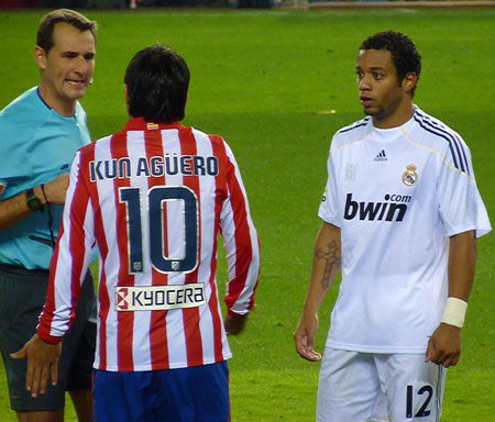 Kun Aguero Marcelo og dommer i diskussion