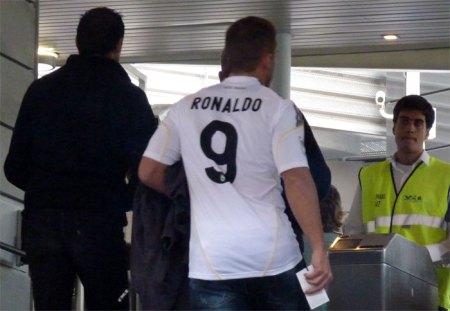 Real Madrid fan ved indgangen til Bernabeu - trøje Ronaldo 9