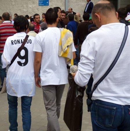 Real Madrid kvindelig fan i en Real Madrid herre trøje