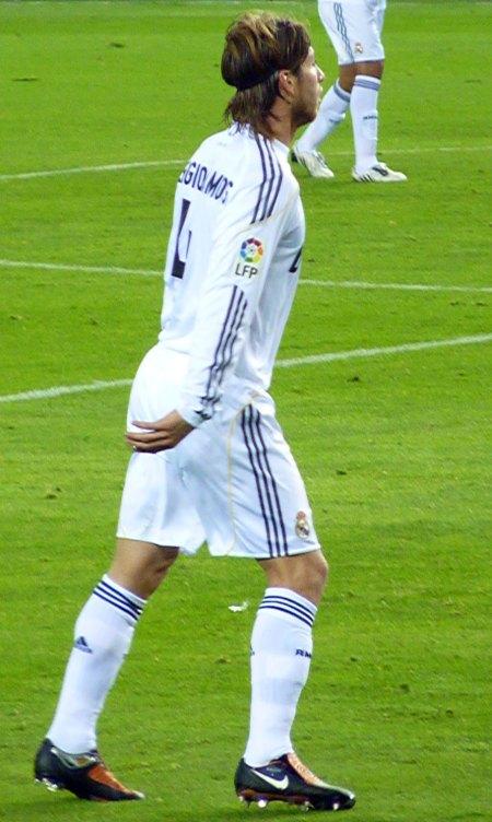 Sergio Ramos i langærmet Real Madrid trøje