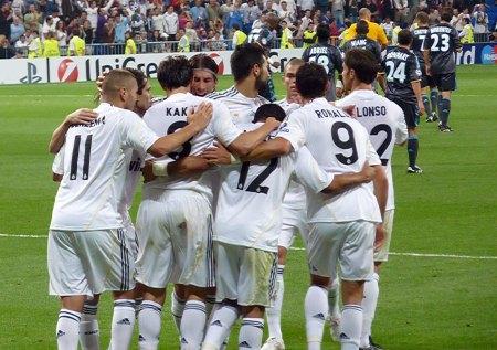 Real Madrid spillere fejrer scoring!