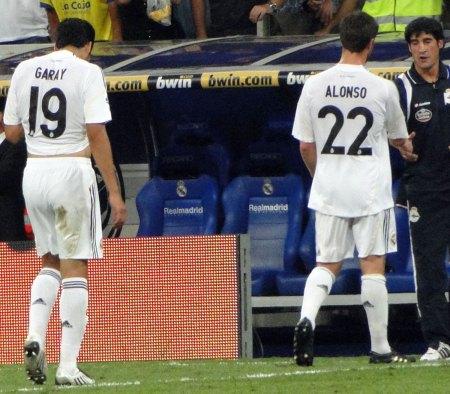 Xabi Alonso med nummer 22 og Garay med nummer 19