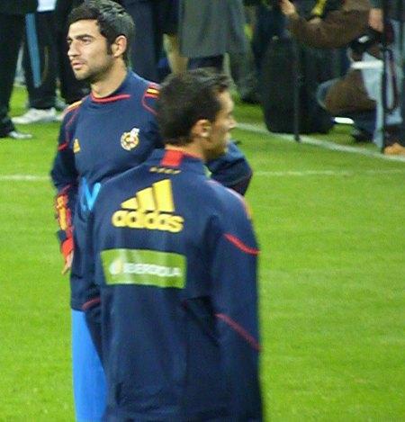 Raul Albiol for Spanien under opvarmning før kamp