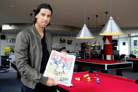 Khedira fotograferet i Madrid med et eksemplar af avisen AS
